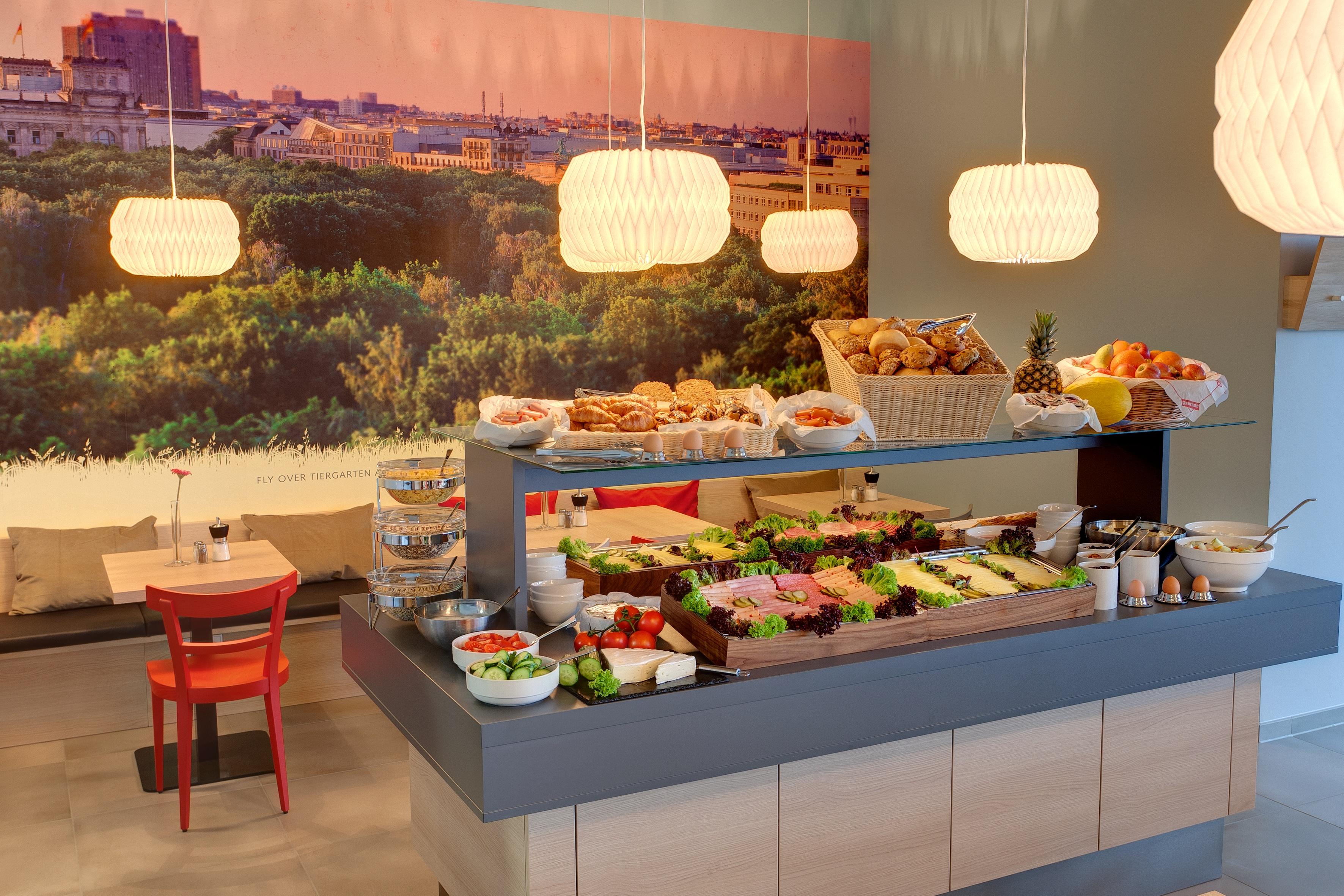 MEININGER Hotel Berlin Airport - Breakfast room/ Buffet