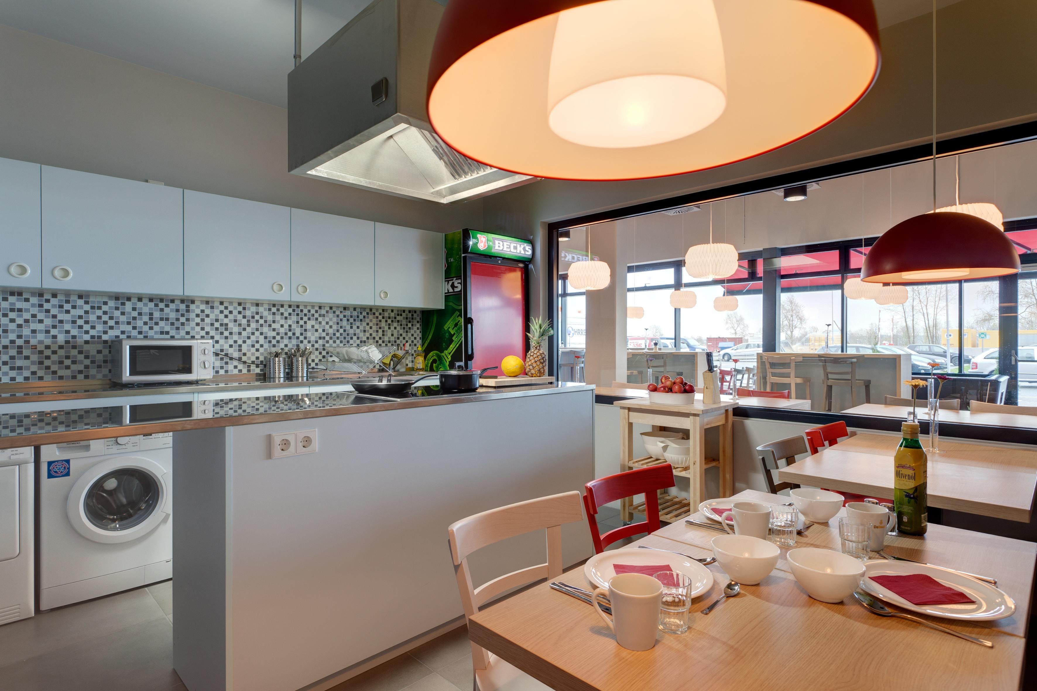 MEININGER Hotel Berlin Airport - Guest kitchen