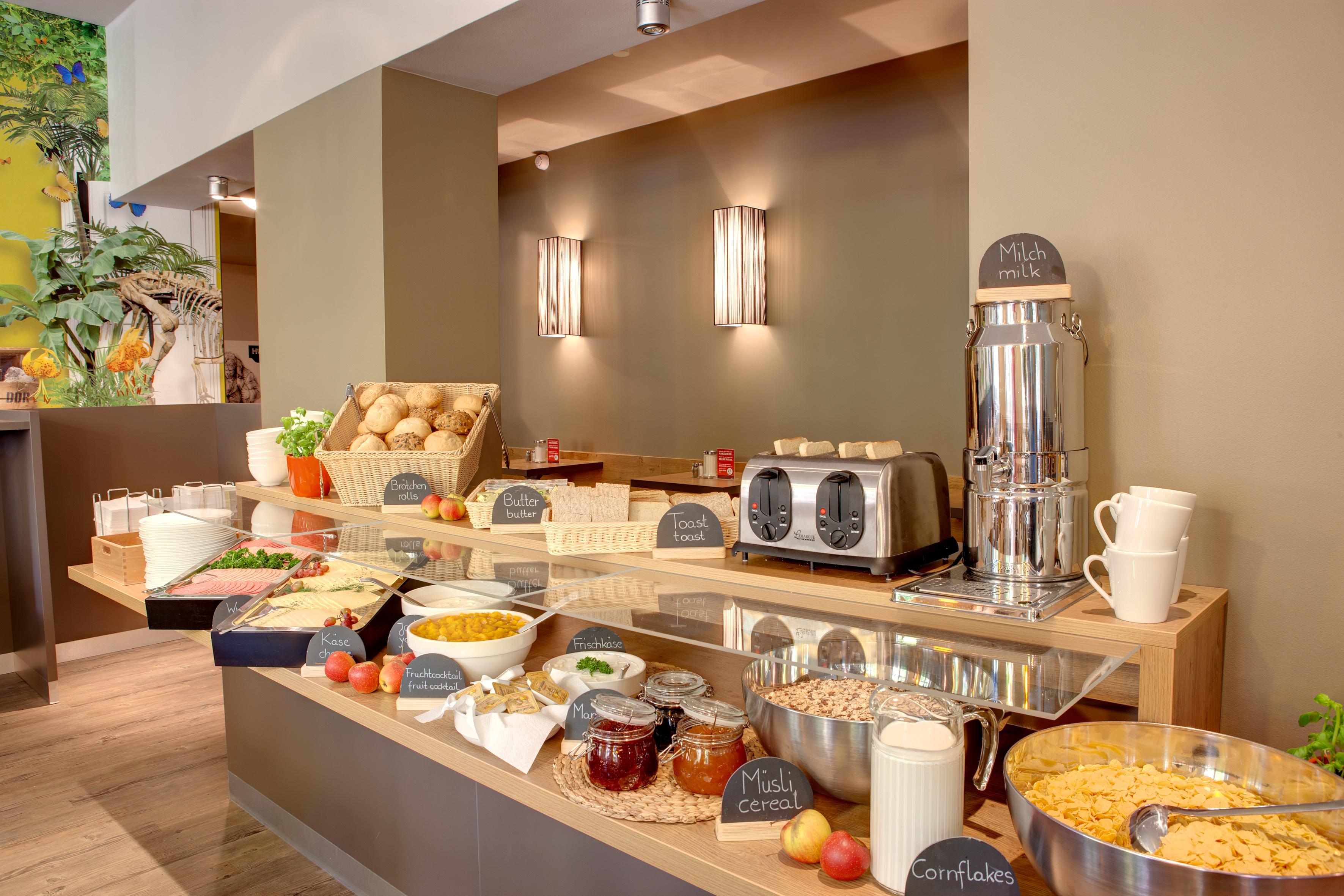 MEININGER Hotel Berlin Mitte - Breakfast room/ Buffet