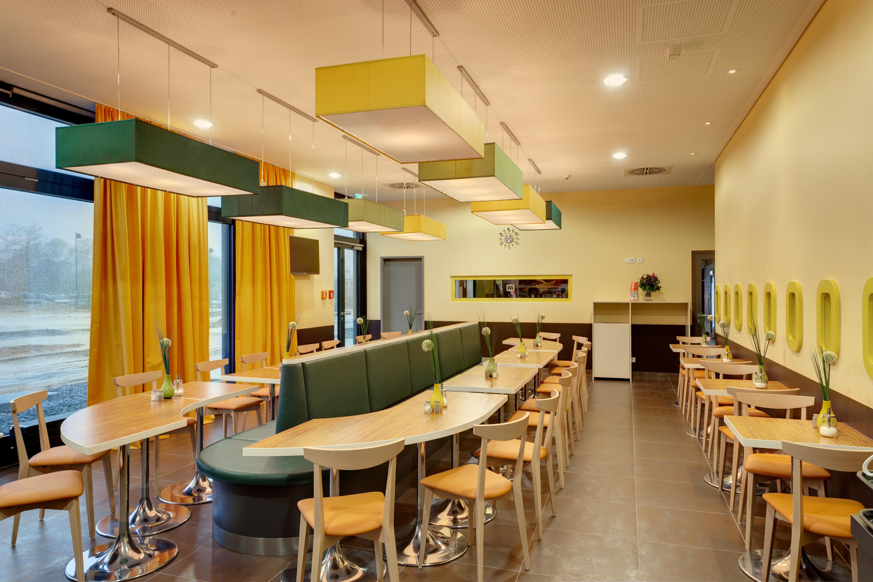 MEININGER Hotel Frankfurt/Main Airport - Breakfast room/ Buffet