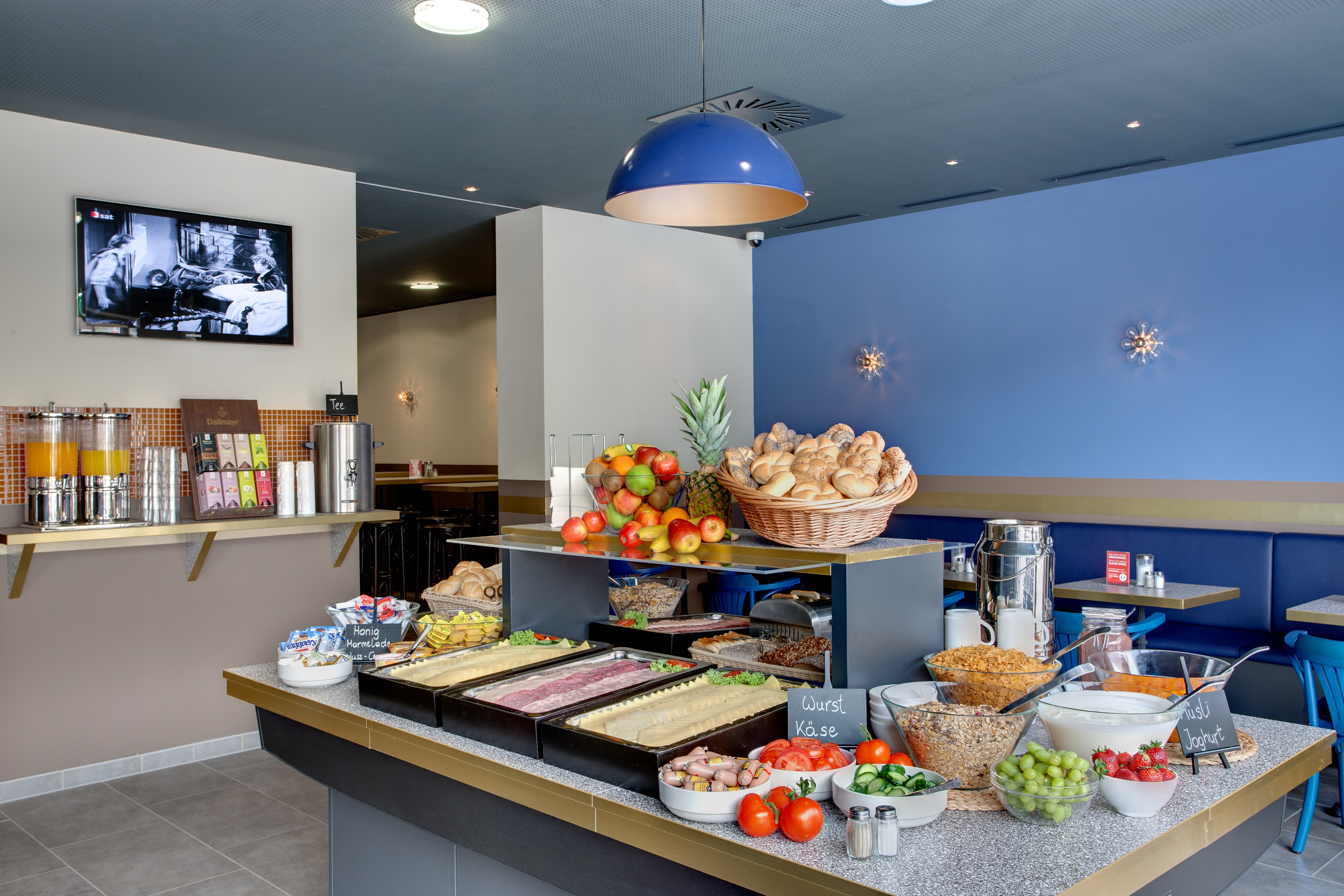 MEININGER Hotel Salzburg City Center - Breakfast room/ Buffet