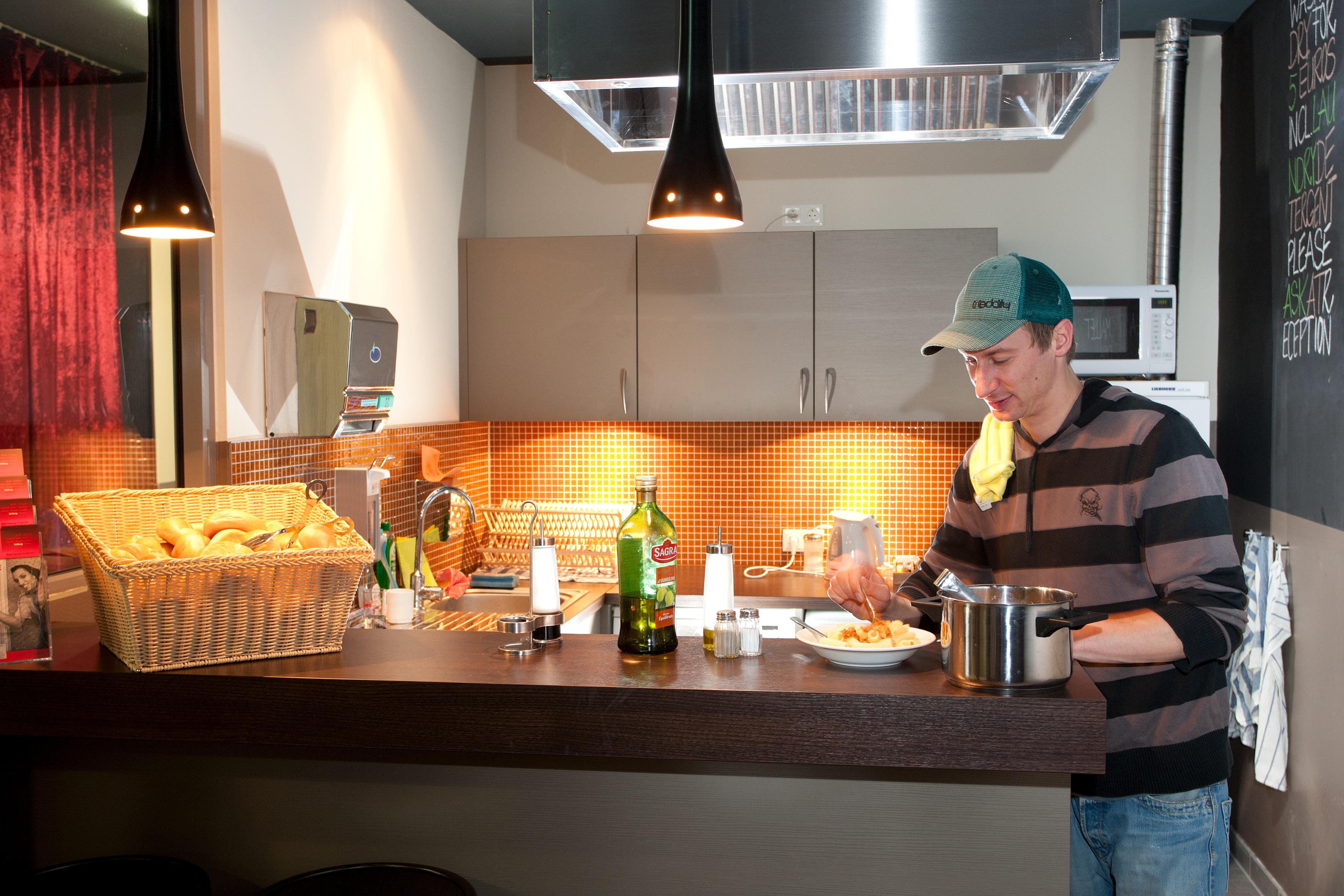 MEININGER Hotel Salzburg City Center - Guest kitchen