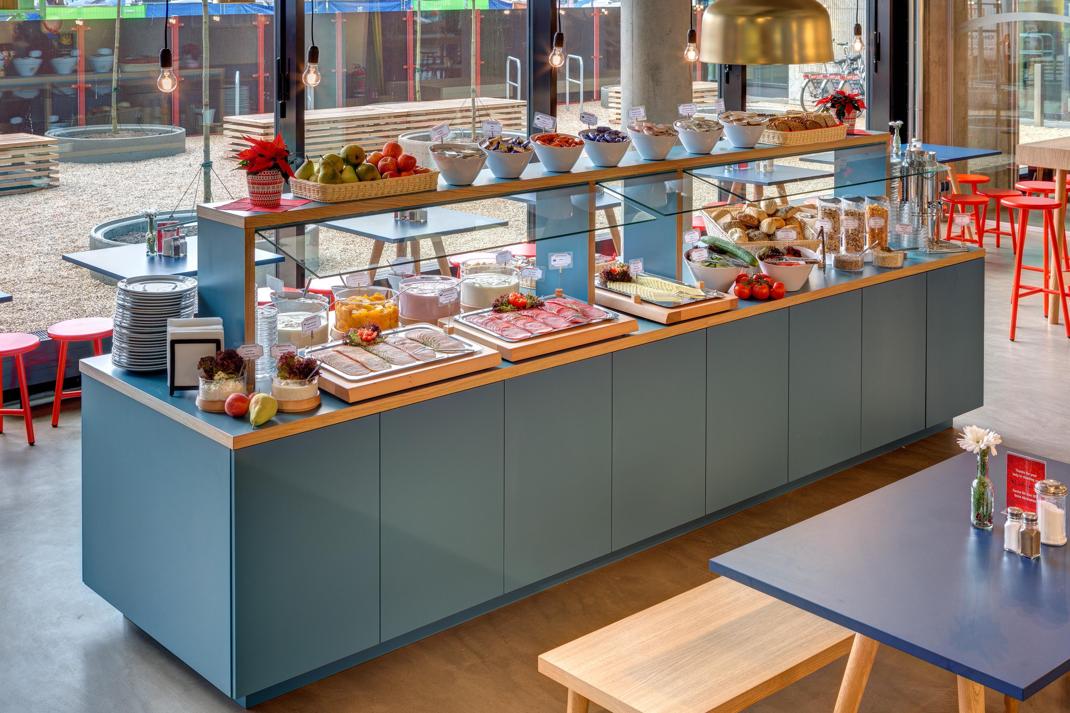 MEININGER Hotel Berlin East Side Gallery - Breakfast room/ Buffet